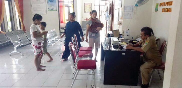 PELAYANAN : Suasana pelayanan di Puskesmas Kotabaru. Di Puskesmas tersebut penderita penyakit Ispa menjadi penyakit paling dominan jika dibandingkan dengan penyakit-penyakit lain. Fauzi/Radar Karawang