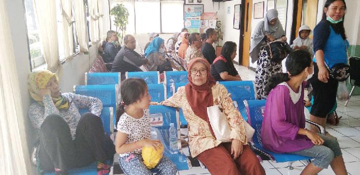 RAMAI : Suasana ruang tunggu pasien Puskesmas Cikampek ramai dipadati pengunjung. Kondisi tersebut terjadi setiap hari kerja. ASEP SOPIAN/RADAR KARAWANG