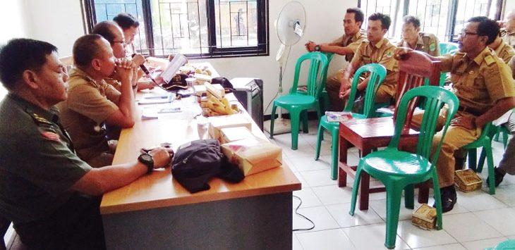 RAPAT : Rapat pembahasan BPNT di aula kantor Kepala Desa Situdam yang dipimpin oleh pihak Dinas Sosial Kabupaten Karawang. Fauzi/Radar Karawang