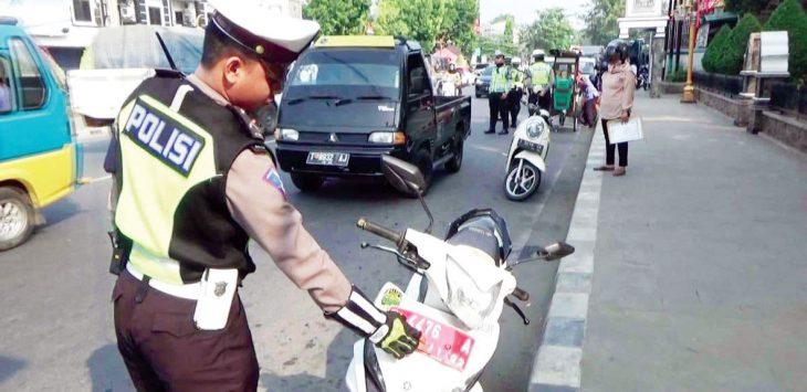 TERJARING: Salah satu kendaraan roda dua berplat merah terjaring razia polisi.