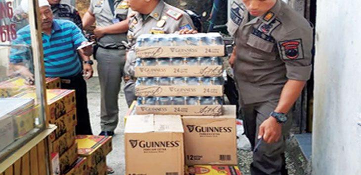 DISITA: Ratusan botol miras disita Satpol PP Kota Depok di kantornya, kemarin. Irwan/Radar Depok