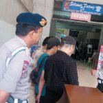 Lima orang yang diduga calo SIM diamankan di Satpas SIM Polresta Depok, Sabtu (21/7/18). Aji Hendro/Metro Depok