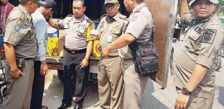 OTT: Ribuan botol miras diamankan Satpol PP Kota Depok di Jalan Kali Licin, RT05/16 Kelurahan/ Kecamatan Pancoranmas saat mendistribusikan ke Toko Uki, Senin (9/6). Irwan/Radar Depok