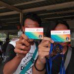 Pengguna Transportasi Commuter Line Bekasi tunjukan kartu elektronik yang saat ini sudah bisa digunakan (Foto: Yurizkha Aditya/PojokBekasi)
