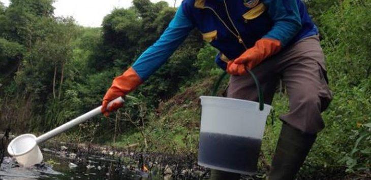 Memeriksa: Seorang petugas sedang memeriksa Sungai Cihaur yang terkena oleh dampak limbah perusahaan, di Padalarang, beberapa waktu lalu. Ist