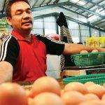 Pedagang memilah telur di lapak dagangannya di Pasar Sukatani, Kecamatan Tapos. Ahmad Fachry/Radar Depok