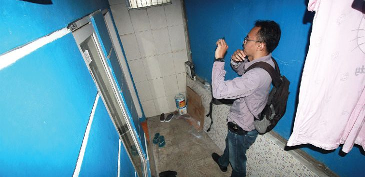 TKP TERDUGA TERORIS : Salah satu wartawan saat mengambil gambar di kediaman Lukman terduga teroris di kawasan Jalan H. Ipit Bojong Lio RT002/009, Kelurahan Sukamaju, Kecamatan Cilodong, kemarin (10/7). Ahmad Fachry/Radar Depok