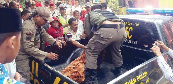 EVAKUASI: Jenazah Duko dibawa menggunakan mobil polisi ke rumah sakit. Gani/Radar Karawang