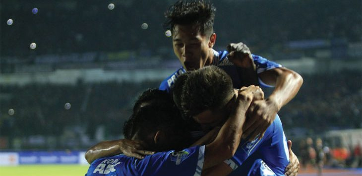 GEMBIRA: Tim Persib Bandung bergembira saat berhasil mengalahkan Borneo FC pada lanjutan Liga 1 2018 di Stadion GBLA, Kota Bandung, Sabtu (21/4) dengan skor 3-1. RIANA SETIAWAN/ RADAR BANDUNG