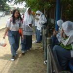 Pelajar SMA sedang menunggu mobil angkot di Halte Jalan Cipto Mangunkusumo, Kota Cirebon. Foto: Alwi/pojokjabar.com