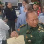 Kolonel.RE.Samodro, saat memperlihatkan fakta integritas yang disepakati perusahan-perusahan di sektor 15.