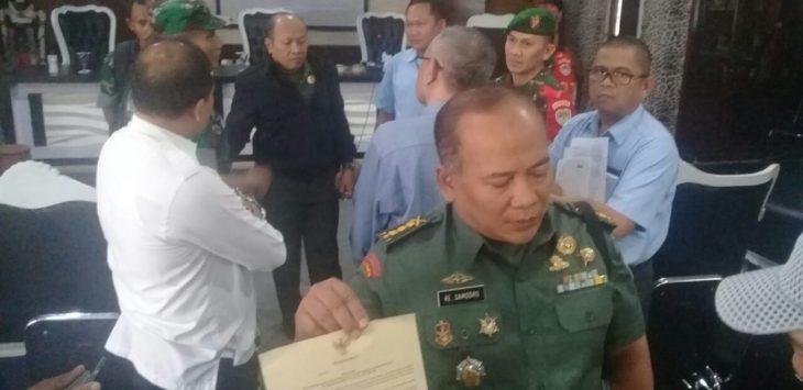 Kolonel.RE.Samodro, saat memperlihatkan fakta integritas yang disepakati perusahan-perusahan di sektor 15./Foto: Ade
