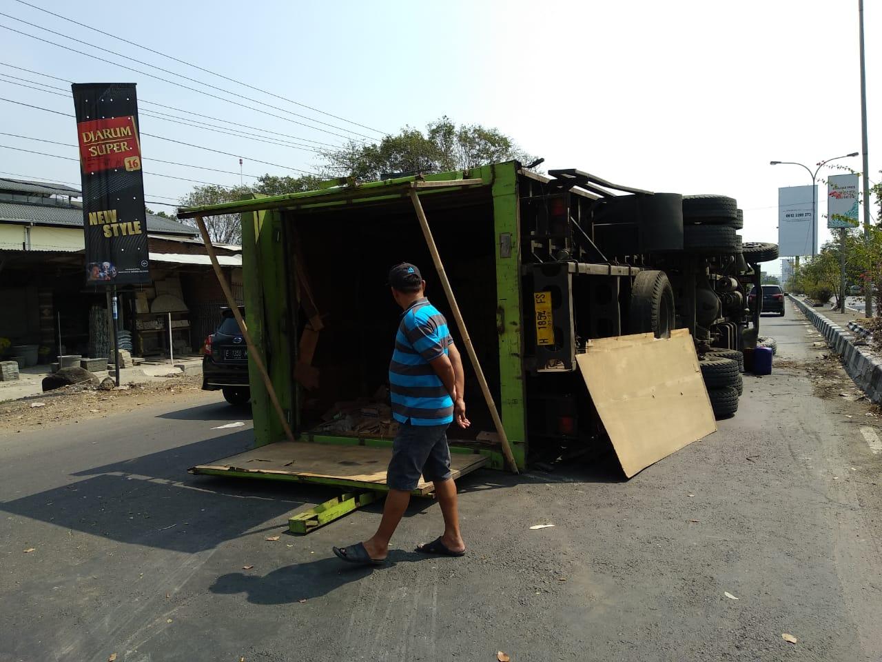 Truk fuso muatan saus dengan nopol H 1854 FS terguling di jalan By pass, Kota Cirebon. Foto: Alwi