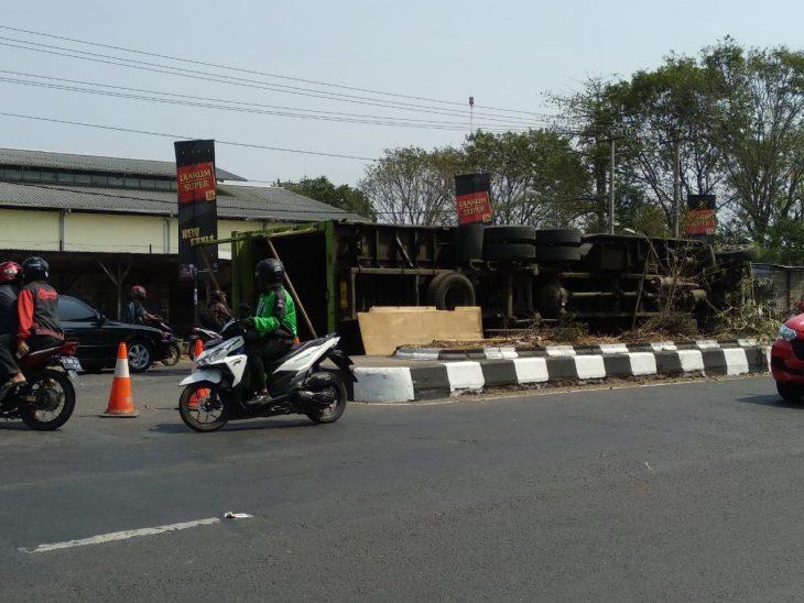 Situasi di sekeliling truk fuso muatan saus yang terguling di jalan By pass, Kota Cirebon. Foto: Alwi