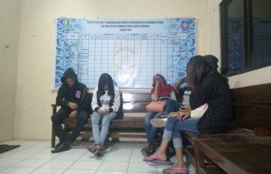 Pasangan yang diduga mesum saat diciduk Satpol PP malam ini di beberapa hotel melati, Kota Cirebon. Foto: Alwi