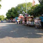 Pedagang Kaki Lima yang berjualan depan gedung Sport Hall, tempat bertarungnya para atlet tarung Drajat. Foto: Alw