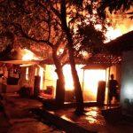 Api menyala besar saat melalap 2 rumah di Desa Ciawi Asih, Kecamatan Susukan Lebak, Kabupaten Cirebon. Foto: BPBD Cirebon for Pojokjabar.com