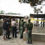 Dua rumah terbakar malam tadi saat dipasang police line oleh petugas kepolisian sektor Susukan Lebak. Foto: BPBD for Pojokjabar.com