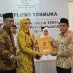Ramlan Maulana (Ketua KPU) Purwakarta saat memberikan berita acara penetapan Bupati dan Wakil Bupati Terpilih 2018-2023.