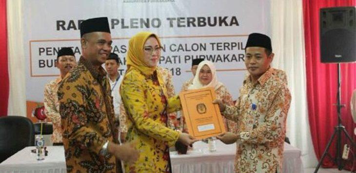 Ramlan Maulana (Ketua KPU) Purwakarta saat memberikan berita acara penetapan Bupati dan Wakil Bupati Terpilih 2018-2023../Foto: Ade