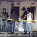 Polisi mengamankan barbuk di rumah kontrakan terduga teroris di Blok Pilangsari, Desa Jatibarang Baru, Kecamatan Jatibarang, Minggu (15/7/2018)./Foto: jpnn