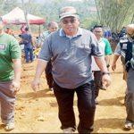 KUJUNGAN: Bupati Sukabumi, Marwan Hamami didampingi Muspika Gunungguruh, saat meninjau lokasi pembangunan sirkuit motocross di lokasi wisata Karang Para, Minggu 22/7).