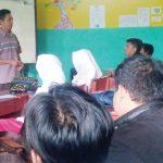 TETAP MENGAJAR: Suasana kegiatan belajar mengajar oleh salah satu guru di SMA Taman Siswa Kota Sukabumi meskipun pada tahun ini jumlah siswa yang mendaftar sangat sedikit.