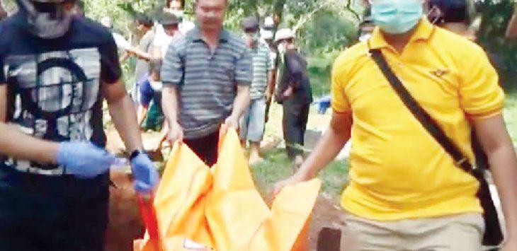 DIBAWA: Pihak kepolisian membawa jenazah Siti Munasiroh untuk dilakukan otopsi.