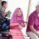 PRIHATIN : Hafi d (55) warga Kampung Cibinong, Kedusunan Artana, RT 1/5, Desa Bojongtipar, Kecamatan Jampangtengah, yang tinggal puluhan tahun di Negeri Thailand, saat ngobrol bersama mahasiswa UMMI Sukabumi yang tengah melakukan KKN di Thailand.