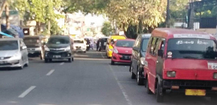 MIRIS: Sejumlah kendaraan tengah terparkir di pinggir Jalan Gudang. Dimana jalan tersebut termasuk zona dilarang parkir, Kota Sukabumi, Rabu (11/7).