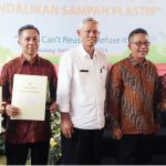 MEMBANGGAKAN: Kepala Dinas Lingkungan Hidup (DLH) Kabupaten Sukabumi, Abdul Kodir saat foto bersama dengan penerima penghargaan pada peringatan Hari Lingkungan Hidup sedunia di halaman Gedung Sate Bandung,