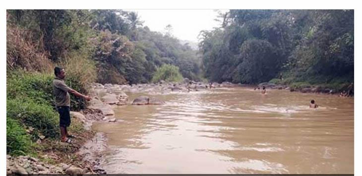 DISOAL: Salah seorang warga sedang menunjukan Kondisi Sungai Cimahi di Kampung Sekarwangi RT (4/28) yang terlihat keruh tercampur limbah tambang kuarsa.