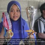 Yuliana juara dunia pencak silat menunjukkan piala dan penghargan yang diperolehnya di kediamannya di Dusun Terajon, Desa Montong Are, Kecamatan Kediri,Lobar, Senin (23/7/2018)