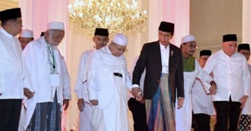 Jokowi menggandeng Kiai Ma'ruf Amin. Foto: Instagram