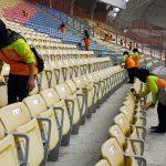 Petugas kebersihan Kabupaten Bekasi membersihkan Stadion Wibawa Mukti. Foto : Humas Pemkab Bekasi for Pojoksatu