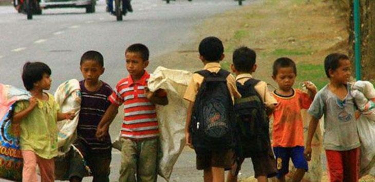 BERJALAN : Pemandangan yang sangat berbeda antara anak sekolah dan anak tidak sekolah. Ist