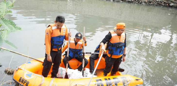 Petugas BPBD sedang melakukan bersih-bersih sampah di sungai Adi Dharma, Kecamatan Gunung Jati, Kabupaten Cirebon./Foto: Alwi