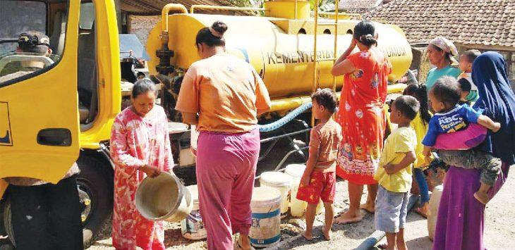GILIRAN: Warga Desa Gurudug, Kecamatan Pondoksalam bergiliran mengambil air bersih bantuan dari Pemkab Purwakarta. Gani/Radar Karawang