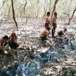 BERSIHKAN SAMPAH PANTAI: Anggota Pramuka membersihkan sampah di Pantai Tengkolak, Desa Sukakerta, Kecamatan Cilamaya Wetan. RUDI / RADAR KARAWANG