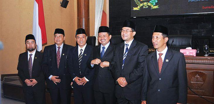 DITETAPKAN: Pasangan Bupati dan Wakil Bupati Sumedang terpilih, Dony Ahmad Munir - Erwan Setiawan usai menghadiri penetapan di DPRD Sumedang, Rabu (1/8). Panji/Radar Sumedang