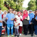 Wiwiek foto bersama warga setempat. (Foto: ist)