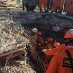 Tim Basarnas TNI mengevakuasi korban Gempa Lombok Utara
