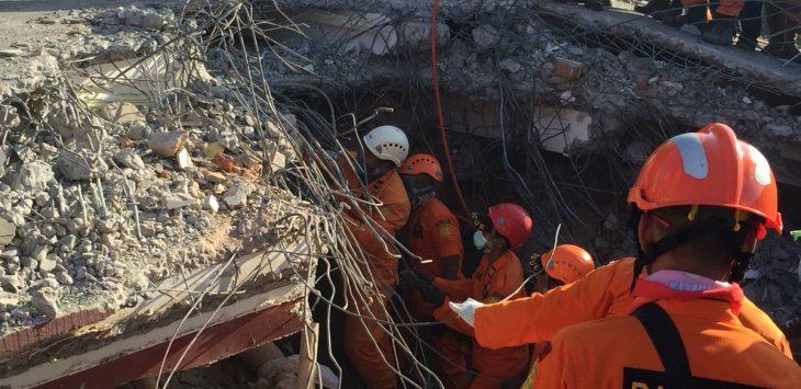 Tim Basarnas TNI mengevakuasi korban Gempa Lombok Utara./Foto: Twitter