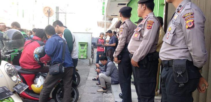 Sejumlah polisi sedang berjaga d area CSB, Jalan Ciptomangunkusumo, Kota Cirebon. Foto: Alwi