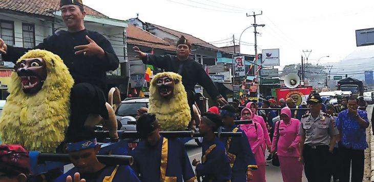 DIARAK: Forkopimka Jatinangor saat diarak menggunakan kesenian sisingaan dalam acara puncak hari kemerdekaan Republik Indonesia tingkat Kecamatan Jatinangor. TOHA HAMDANI/RADAR SUMEDANG