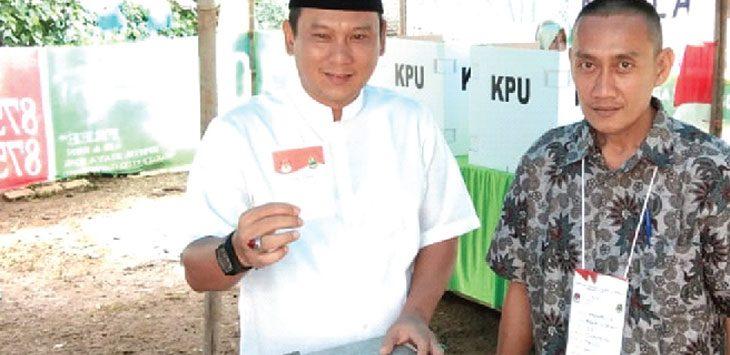 PEMILU: Sekjen DPC Partai Gerindra Kota Depok, Hamzah saat menggunakan hak suaranya di TPS sekitar tempat tinggalnya di Kelurahan Cimpaeun, Kecamatan Tapos. Ricky/Radar Depok