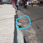 Besi yang ada di proyek Betonisasi di Jalan Merdeka ternyata membahayakan pengendara.Hal itu terjadi pada pengendara bernama Syifa yang terkena besi pengecoran yang menjulang ke Jalan, foto/adi