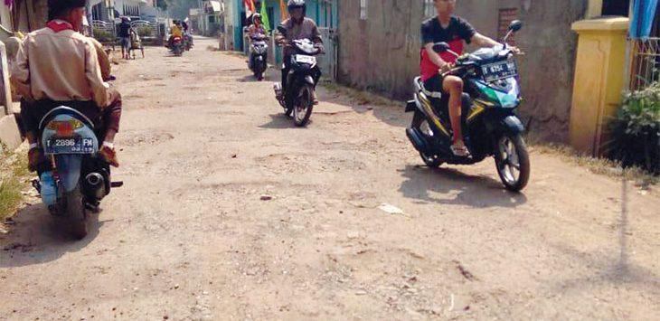 JELEK : Akses jalan Wancimekar menuju kantor Camat Kotabaru jelek. Akibatnya banyak warga yang meminta agar jalan tersebut segera diperbaiki. FOTO: ASEP SOPIAN/RADAR KARAWANG