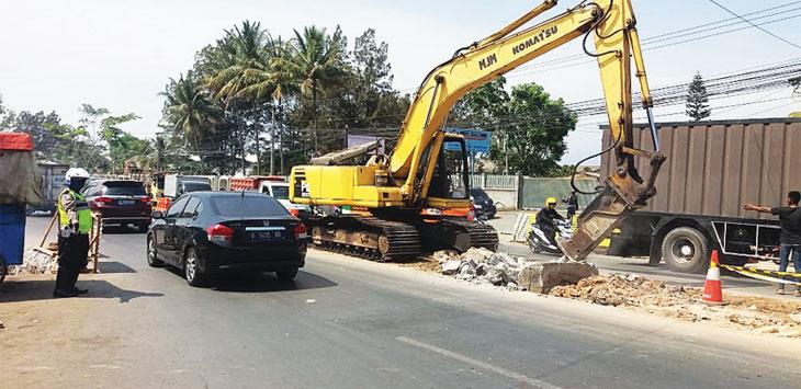 LALIN TERSENDAT: Akibat adanya perbaikan median jalan di Jalur Kahatex sempat membuat arus lalin tersendar. TOHA HAMDANI/RADAR SUMEDANG