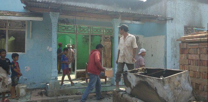 Warga saat membantu membersihkan puing-puing rumah bekas terbakar api di rumah Surtini (40) dan Sukara (50). Alwi/Pojokjabar.com